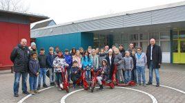 Siegerschule beim Einlaufkinder-Wettbewerb – SC Hessen spendet Erich Kästner-Schule neue Fahrzeuge
