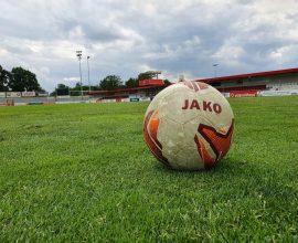 Ein Fußball liegt auf dem Rasen