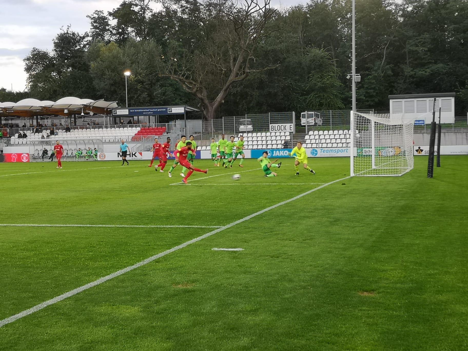 Der SC Hessen Dreieich erzielt ein Tor gegen den FV Bad Vilbel